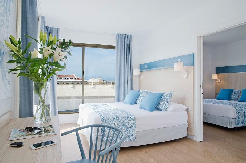 Cuarto familiar con dos habitaciones con camas dobles en Hotel Salou Beach****